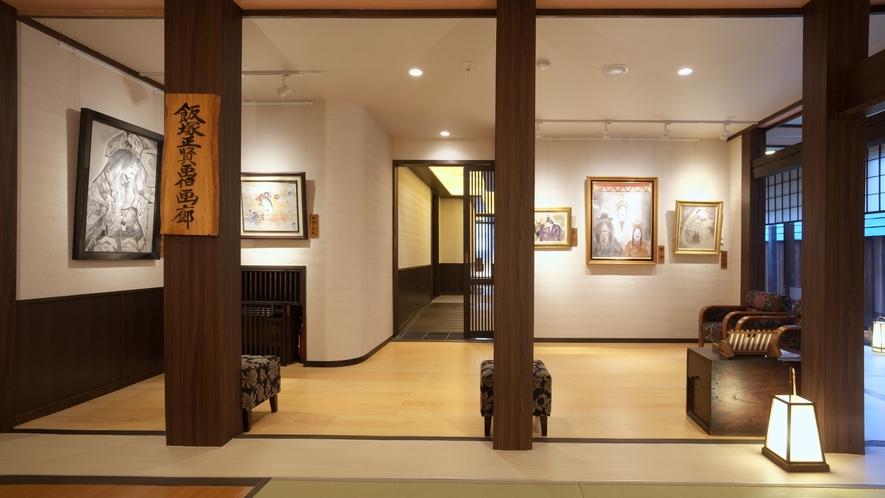 【画廊】飯塚正賢画伯の展示物が並びます