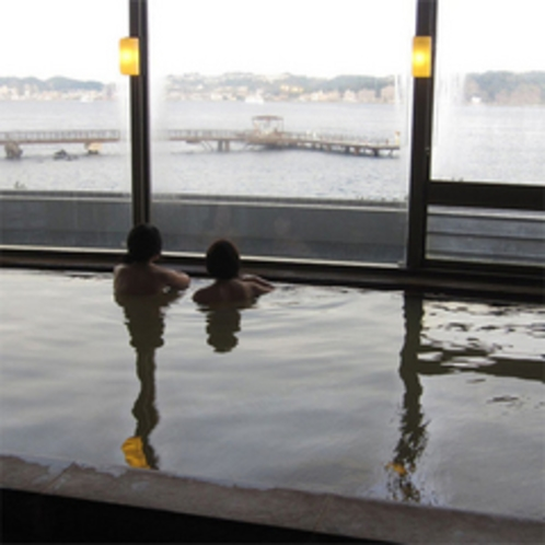 穏やかな錦江湾望む展望風呂