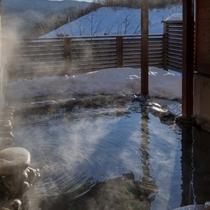 雪の積もる露店風呂
