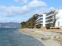 湖畔からのホテル