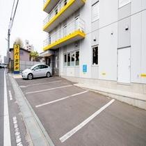 *駐車場(建物正面)*