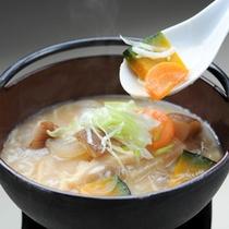*山梨の郷土料理「ほうとう鍋」(料理一例)
