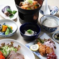 *【夕食一例】地元の味覚を楽しめる、どこか懐かしさを感じられるメニューです!