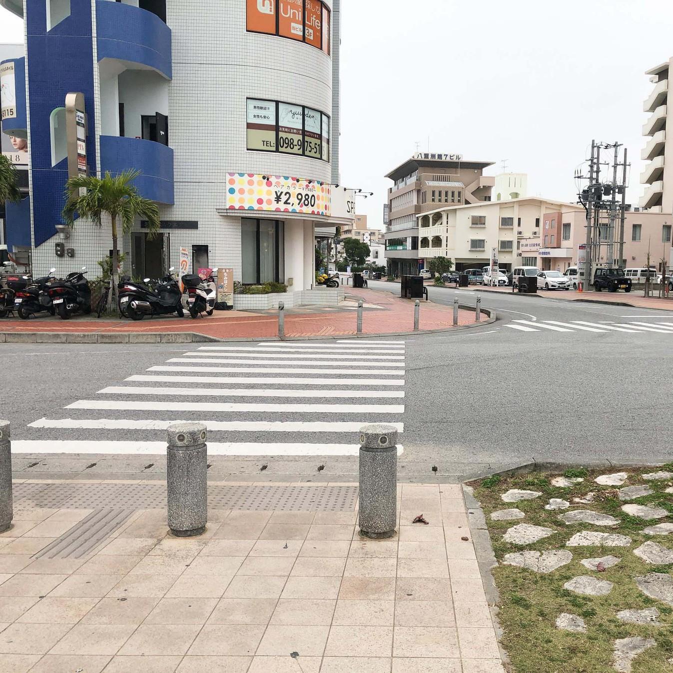 【おもろまち駅からの道(9)】横断歩道を渡りまっすぐ進みます