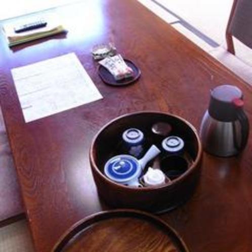 お部屋備え付け②(お茶セット・冷水ポット・グラス・保温ポット)・お茶受け
