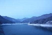 雪化粧の神流湖