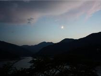 神流湖上空の三日月