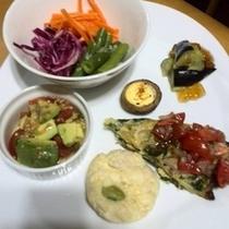 【前菜】彩り鮮やか!オーナー夫妻の特製料理。