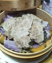 【ディナー】蒸篭蒸し:やまと豚のしゃぶしゃぶ肉と嬬恋キャベツと紫色の白菜、かぼちゃの蒸篭蒸し。