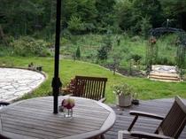 ウッドデッキから庭を眺める