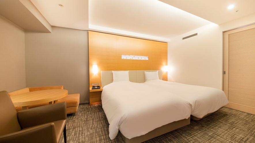 ベッドが隙間なく並んでいるハリウッドタイプ。合計べッドサイズ幅は246㎝!