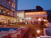 山のホテルのプールサイドと夜景