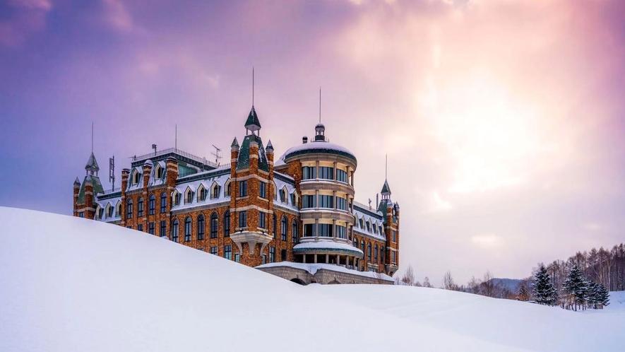 【外観(冬)】白銀の世界に堂々とかまえる古城は雰囲気抜群