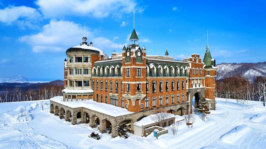 【外観(冬)】青と白のコントラストが眩しい冬が、普段とは違う景色を演出します