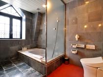 【デラックスツイン】採光の良いバスルームは、贅を尽くした造りになっております。