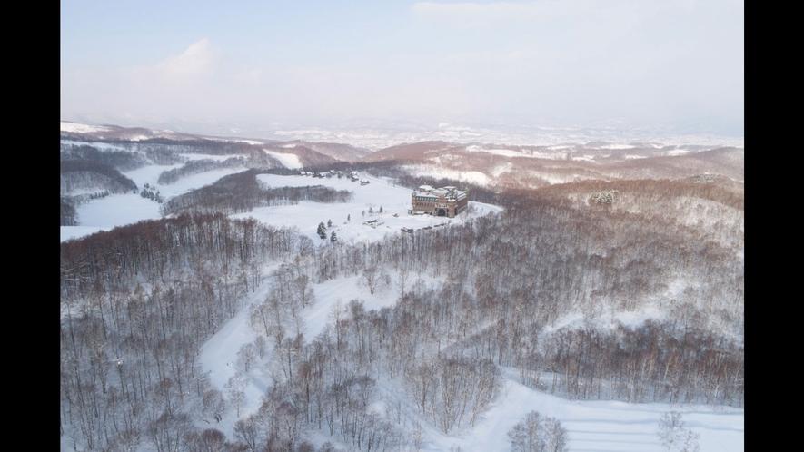 【外観(冬)】辺り一面が白く覆われ、暖かい時期とはまた違う景色に。