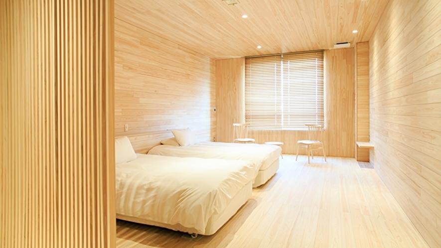 ヒノキの質感を楽しみ森を眺めるお部屋