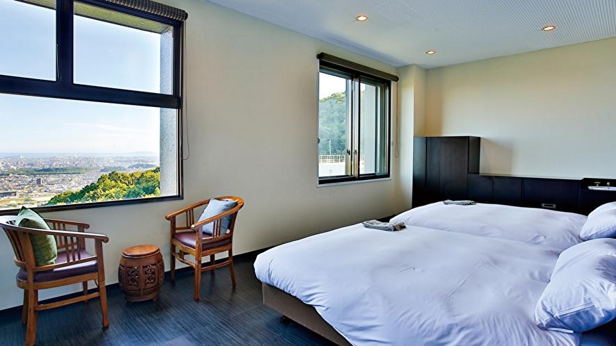 ~TSUDOI~大きなダブルベッドが2つ入った4名様用のお部屋。夜景を望みながらお休みいただけます。