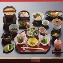 季節に合わせた旬の地元の食材を、ふんだんに使用した和食膳をご提供しています。