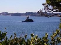 遠くに見える仁王島