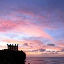 チャペル越しに広がる幻想的な夕焼けを見つめながら、ロマンティックなひと時も