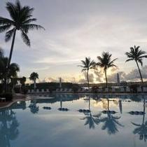 プールサイドで潮風に吹かれながらゆったりと過ごす休日を