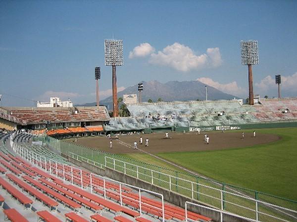 鹿児島県立鴨池野球場〜スタジアム周回にランニングコースあり。夏は甲子園を目指す県球児の汗が光ります〜