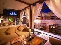 屋上の開放感あるバー「ザ・バリ」で一杯♪ The Bali