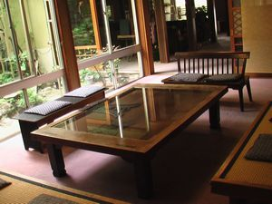 ロビー 土蔵の扉で造ったテーブル