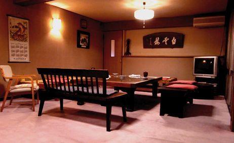 土蔵の扉のテーブルが飾るロビー