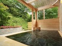 露天風呂(日中) 眼前に広がる四季の風景と共に、お楽しみ下さいませ。