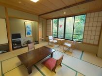 のんびりとした時間が味わえる12.5帖の和室。バス・トイレ付。四季折々の花々や風景をお楽しみ下さい。