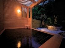 露天風呂(夜間) 露天には、大露天風呂/檜桶風呂をご用意しております。