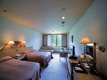 ツインルームのベッドはセミダブルサイズでゆったりとお寛ぎ頂けます。バス・トイレ付。