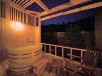 貴賓室は露天風呂付きでございます。また、客室では檜風呂もお楽しみ頂きます。
