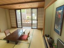 和室は12.5帖。ワイドな窓からは、気持ちの良い眺めがお楽しみいただけます。