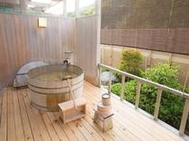 ウッドテラスには、総ヒノキ造りの露天風呂をしつらえました。プライベートな雰囲気を、ご満喫頂けます。