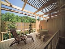 テラスには総ヒノキ造りの露天風呂をしつらえました。プライベートな雰囲気を、存分にご満喫いただけます。