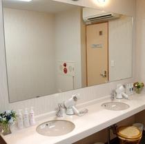 男性大浴場 広く明るい洗面台