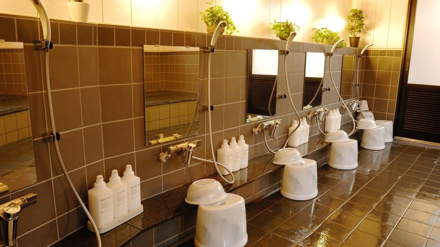 男性大浴場 ゆとりの洗い場スペース
