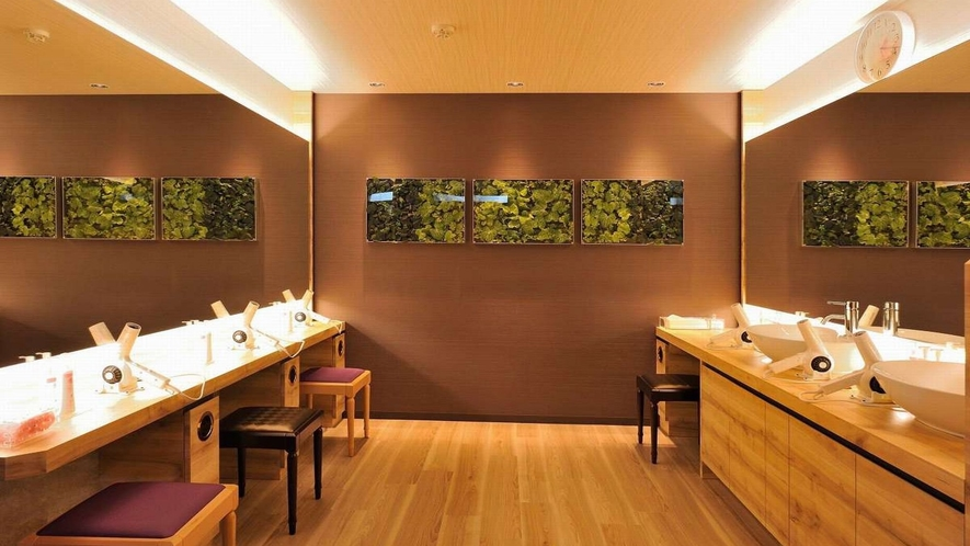 女子大浴場オープン 緑のパウダースペースで爽やか気分