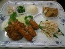 ご夕食メニュー例 【ミックスフライと蒸し鶏のオクラ和え等6品】