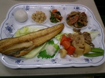 ご夕食メニュー例  【ホッケの塩焼きと肉じゃが等6品】