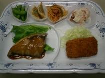ご夕食メニュー例 【ブリの照り焼きとえびカツ等6品】
