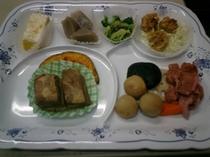 ご夕食メニュー例 【豚の角煮と田舎煮等6品】