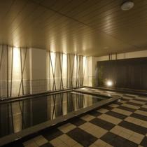 <天然温泉 華楽(かぐら)の湯>蔵の湯内湯 姫路城の黒と白を現代風にイメージしたお風呂です。