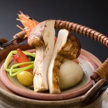 <秋の贅沢旬会席>松茸の土瓶蒸し 香りと上質な出し汁をお楽しみください。