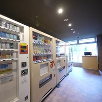 <自動販売機コーナー>館内1階 タバコ、ソフトドリンク、お酒、アイスクリームなどがございます。