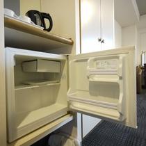 <客室設備>冷蔵庫(中はフリースペースです)