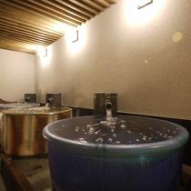 <天然温泉 華楽(かぐら)の湯>壺風呂 ザバーっと湯をあふれ出させ「ぜいたく感」を味わってください。
